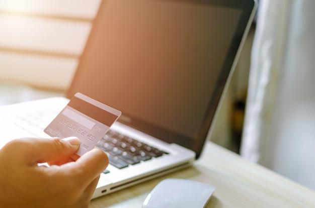 Man online winkelen met laptop met creditcard
