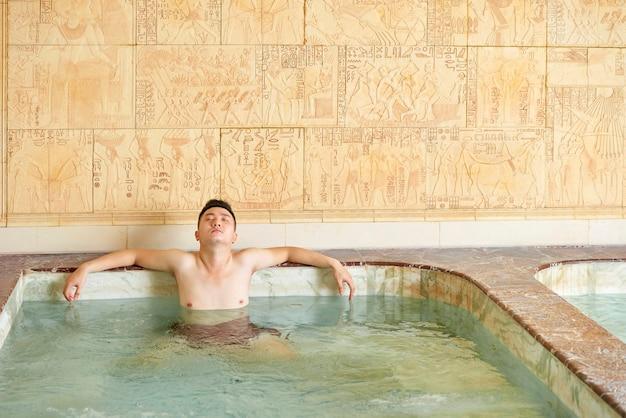 Man ontspannen alleen in hot tub