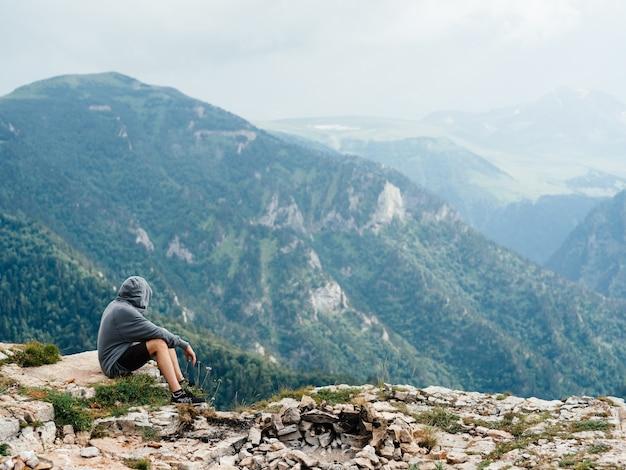 Man ontspannen in de bergen op natuur prachtig landschap frisse lucht mist zonlicht.