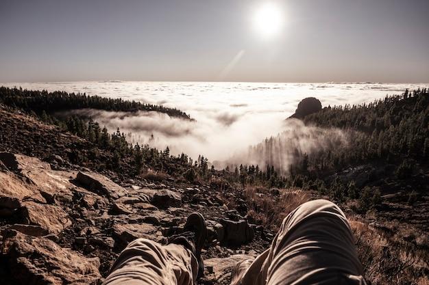 Man ontspannen op de top van een berg met geweldig uitzicht op het landschap