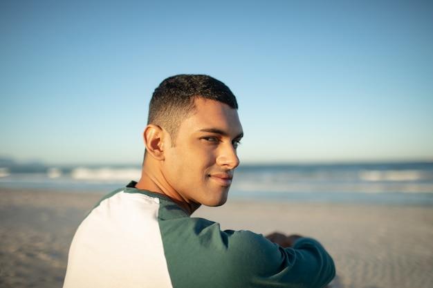 Man ontspannen op het strand