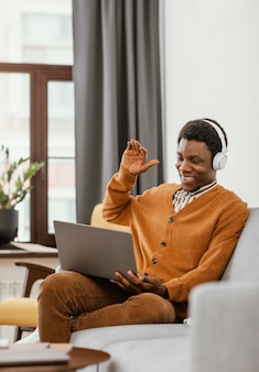 Man op afstand werken vanuit huis