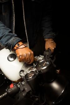 Man op cafe racer stijl motor