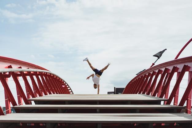 Man op de brug. handstand breakdance