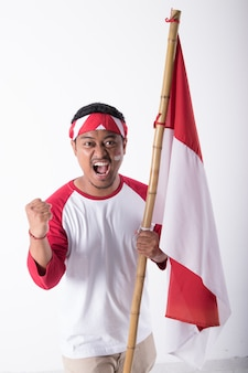 Man op de onafhankelijkheidsdag van indonesië met vlag