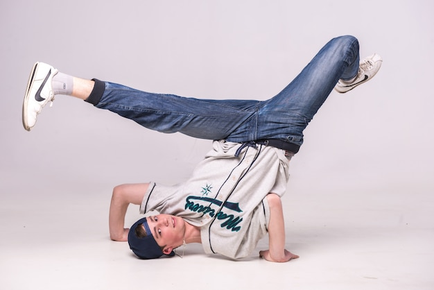 Man op de vloer dansen breakdance.