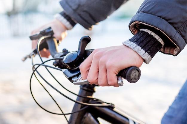 Man op een fiets in de winter close-up