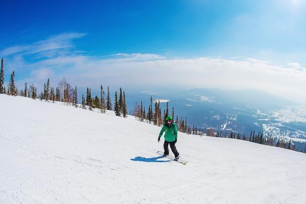 Man op een snowboard in de bergen sheregesh.