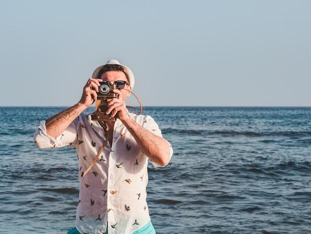 Man op een strand met camera