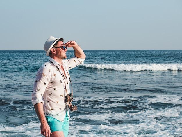 Man op een zee golven