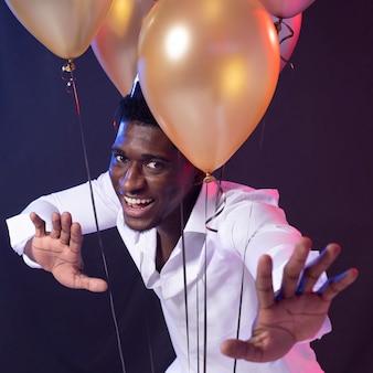 Man op het feest met ballonnen
