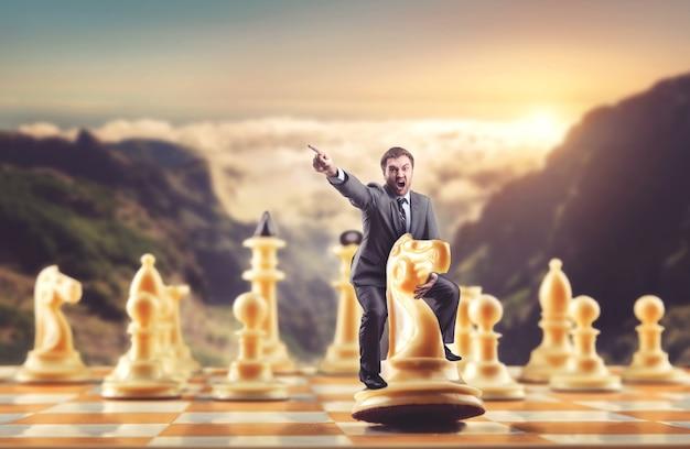 Man op het schaakfiguur