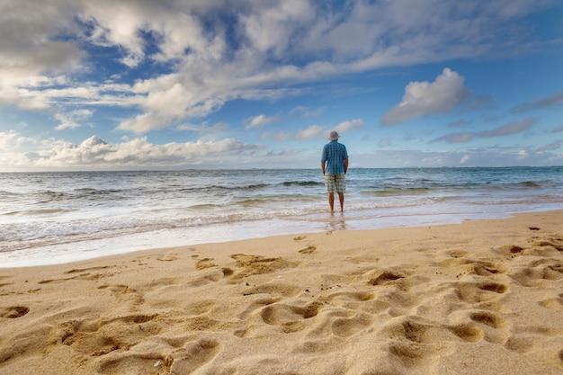 Man op het strand in het eiland hawaï. vakantie concept.