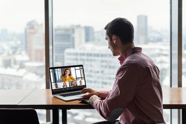 Man op kantoor met een videogesprek