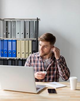 Man op kantoor met laptop