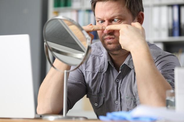 Man op kantoor werkplek