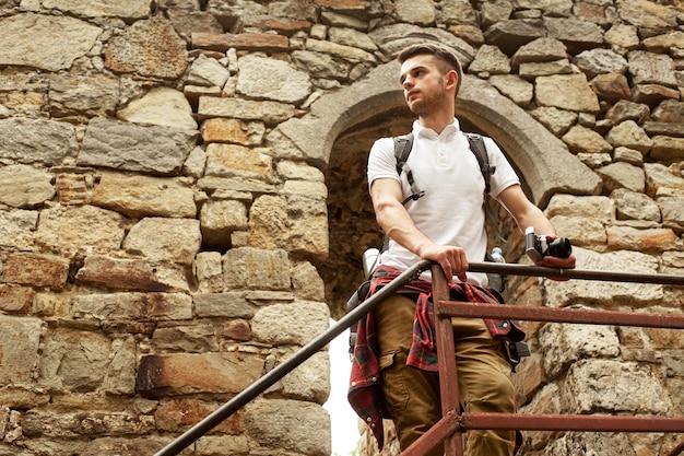 Man op kasteel trappen