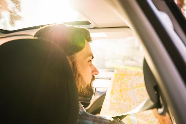 Man op reis met de auto