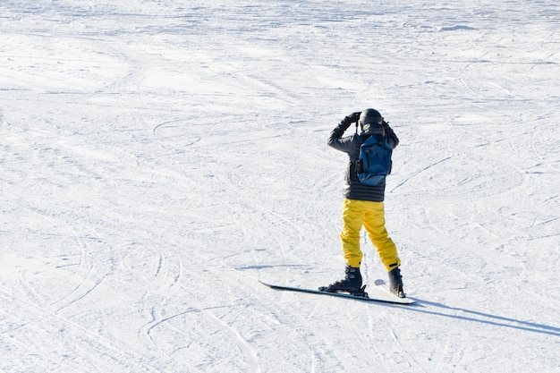Man op ski's lijkt veraflegen. uitzicht vanaf de achterkant