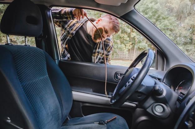 Man op slot auto en sleutels vergeten binnen. kopieer ruimte