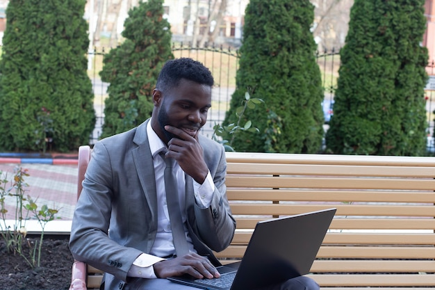 Man op straat met laptop, freelancen