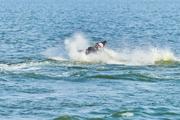 Man op waterscooter. zomervakantie op waterscooters in tropische zee