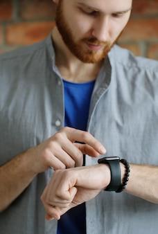Man op zijn horloge