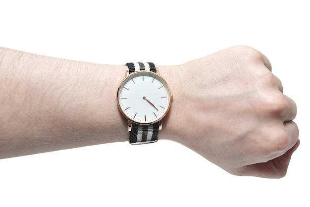 Man op zoek naar zijn horloge geïsoleerd op een witte achtergrond. tijd concept
