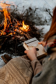 Man opwarmen naast een kampvuur in de winter