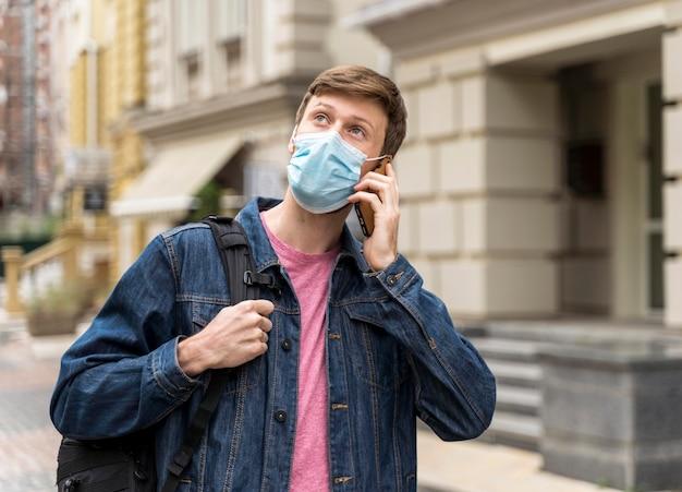 Man opzoeken tijdens het gesprek aan de telefoon