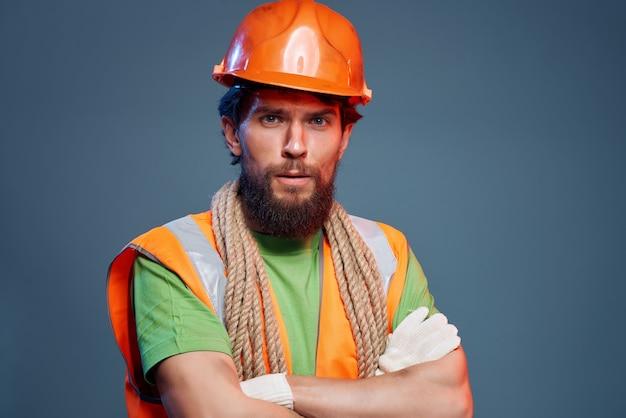 Man oranje helm op het hoofd professionele emoties