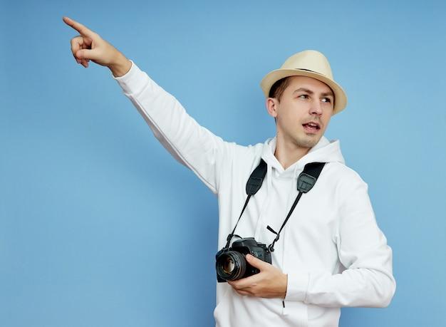 Man paparazzi journalist kijkt in de verte op zoek naar een sensatie