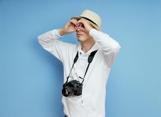 Man paparazzi journalist kijkt in de verte op zoek naar een sensatie Premium Foto