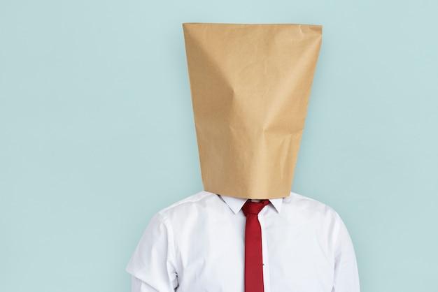 Man paper bag cover gezicht beschaamd portret concept
