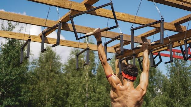 Man passeren hindernissen tijdens hindernissenparcours in laars of sportcompetitie