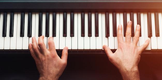 Man piano spelen