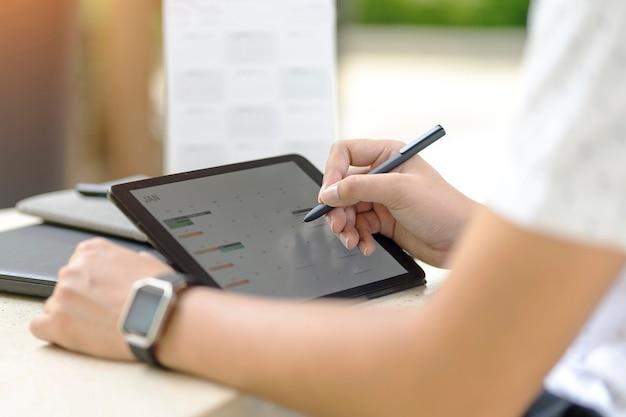 Man planning agenda en planning met behulp van kalender event planner herinneren concept.