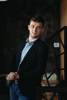 Man portret poseren in een loft moderne ruimte