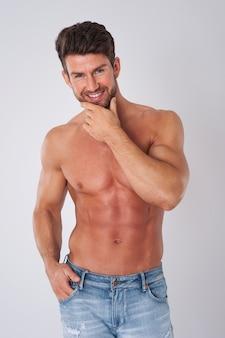 Man poseert zonder shirt