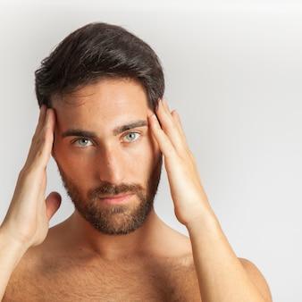 Man poseren en aanraking zijn hoofd