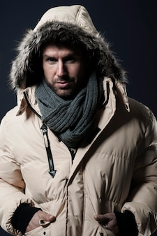 Man poseren en dragen van een winterjas