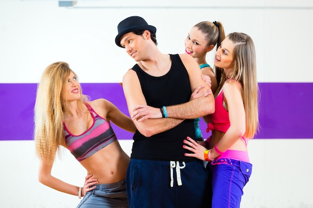 Man poseren met de vrouw in de zumba dansschool