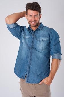 Man poseren met denim overhemd