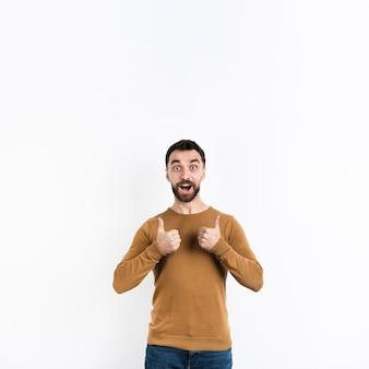 Man poseren met duimen omhoog