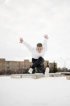 Man poseren mid-air tijdens het dansen
