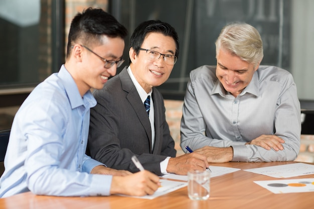 Man positieve business aziatische bijeenkomst