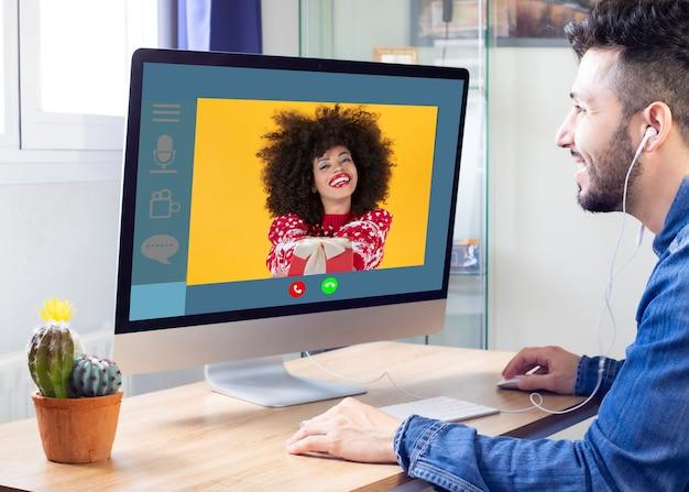 Man praat met zijn vriendin via videogesprek met kerst