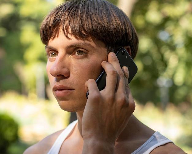 Man praten aan de telefoon buitenshuis