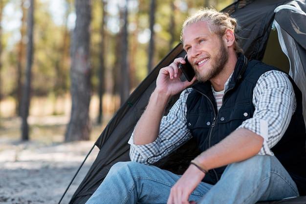 Man praten aan de telefoon in de natuur