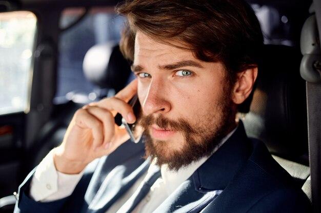Man praten aan de telefoon officiële levensstijl